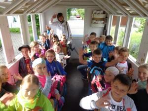 """Am 22. Juni fuhr unsere 3. Klasse in die """"Holzstöcke"""" um für das Laupheimer Kinder- und Heimatfest zu werben."""